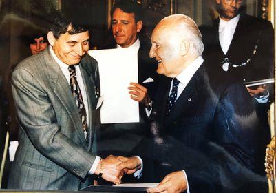 Erasmo Grossi is awarded the prestigious Cavalieri della Republic at The Quirinale Palace in Rome by President Scalfaro